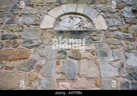 St John the Baptist Church in Ault Hucknall Steinschnitt von St. George und der Drache, getrennt durch ein Kreuz zeigt. Stockfoto