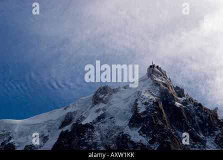Starke Winde und spektakuläre Wolken über gefrorene Nadel der Aiguille du Midi (3842m), Chamonix-Mont-Blanc, Frankreich - Stockfoto