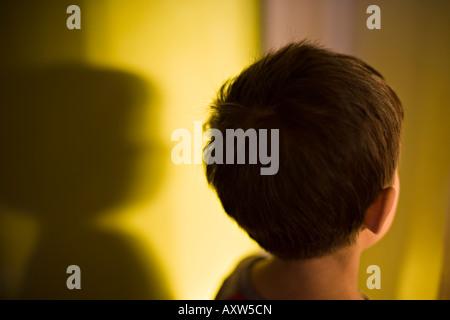 Jungen im Alter von sechs Jahren und sein Schatten - Stockfoto