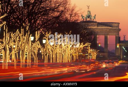Berlin. Unter Den Linden und Brandenburger Tor mit Weihnachtsbeleuchtung. - Stockfoto