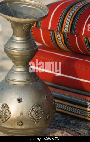 Arabische Kissen und Topf, Dubai, Vereinigte Arabische Emirate, Naher Osten - Stockfoto