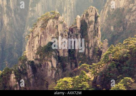 Felsen und Pinien, weiße Wolke landschaftlich reizvollen Gegend, Huang Shan (Yellow Mountain), UNESCO-Weltkulturerbe, - Stockfoto