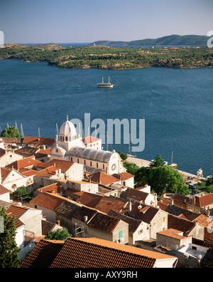 Erhöhten Blick auf die Altstadt und die Kathedrale von St. Jacob, Sibenik, Knin Region Dalmatien, Dalmatien, Kroatien, - Stockfoto
