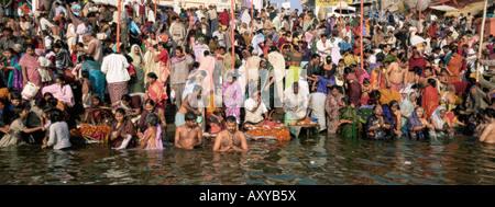 Hindus Baden im frühen Morgen in den heiligen Fluss Ganges, Varanasi (Benares) Staat Uttar Pradesh, Indien - Stockfoto