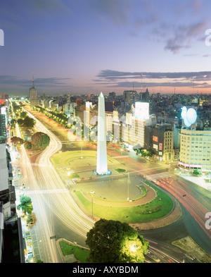 Plaza De La Republica, dem Obelisken und weltweit breiteste Allee, Avenida 9 de Julio, Buenos Aires, Argentinien, - Stockfoto