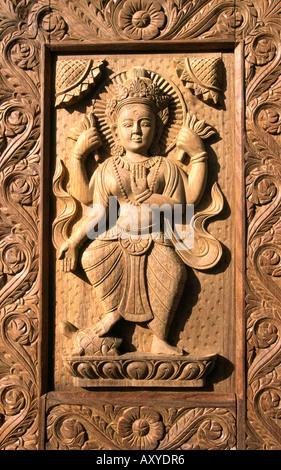 Patan Nepal Handwerk geschnitzte Dekoration auf Türverkleidung - Stockfoto