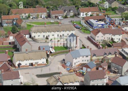 Luftaufnahme des modernen Wohnanlage im traditionellen Stil neben älteren Dorf Wohnungen in einem ländlichen Dorf - Stockfoto