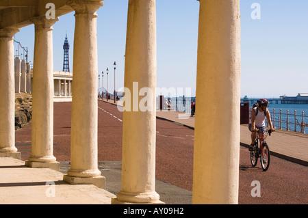 Radfahrer auf der Promenade am North Shore Blackpool mit Blackpool Tower und North Pier in der Ferne - Stockfoto