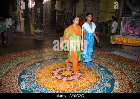 Hinduistischen Anbeter zu Fuß auf einem Kreis Kolam Meenakshi Tempel, Madurai, Tamil Nadu, Indien - Stockfoto