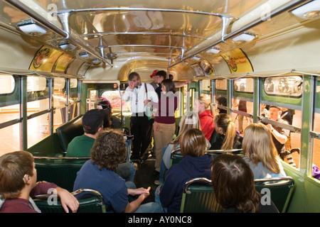 Studenten besuchen Rosa Parks Bus im Museum am Tag nach ihrem Tod - Stockfoto