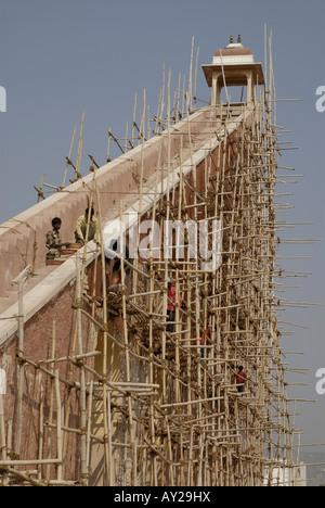 Bambus-Gerüst auf großen Instrument namens Yantra in Jantar Mantar Sternwarte in Jaipur Rajasthan Indien.