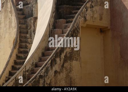 Steile Treppen oder Stufen auf ein großes Instrument namens Yantra in Jantar Mantar Sternwarte in Jaipur Rajasthan Indien.