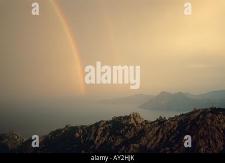 Frankreich, Korsika, Regenbogen über La Calanche, Westküste in der Nähe von Porto - Stockfoto
