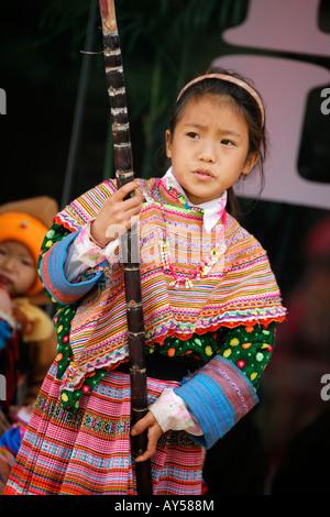 Hmong Blumenmädchen hält einen Stock von Zuckerrohr - Stockfoto