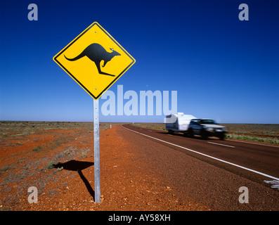 Kangaroo Road unterschreiben Warnung Kängurus überqueren in den Stuart Highway in der Nähe von Coober Pedy South - Stockfoto
