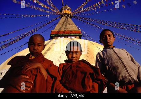 Buddhistischen Novizen vor der Stupa am Bodhnath in Kathmandu-Nepal - Stockfoto