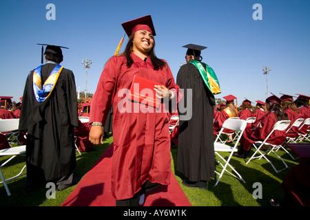 Hispanic Oberstufenschüler marschiert in Akademische Abschlussfeiern - Stockfoto