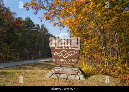 Ein Herbst-Blick auf die gewundene Treppe National Recreation Area Schild an der Talimena Scenic Drive im südöstlichen - Stockfoto