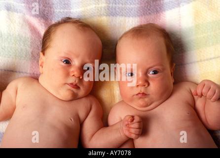 Paar von Zwillingen junge - Stockfoto