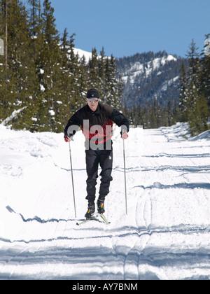 Nordische Skifahrer Eric Martin Ski in Elk Lake Resort von Mount Bachelor in den Cascade Mountains - Stockfoto