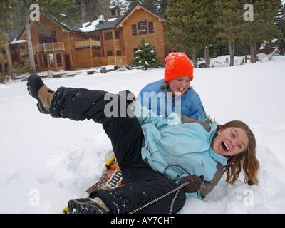 Zwei Jugendliche genießen Sie einen frischen Winterschnee Suttle Lake Resort in den Cascade Mountains - Stockfoto