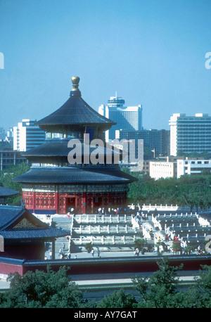 Halle des Gebets für gute Ernten im Himmelstempel komplexe Kontraste mit Skyline von modernen Peking - Stockfoto