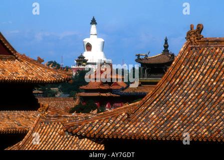 Dächern der verbotenen Stadt Rahmen tibetischen Stil Weiße Dagoba im Beihai-Park über Hofburg Mauern - Stockfoto