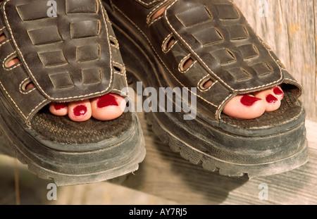 Herr 0446 bequeme Schuhe und rote Fußnägel für den St. Patricks Tag Wallfahrt, in San Patricio, New Mexico. - Stockfoto