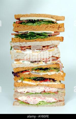 Haufen von Sandwiches eine Auswahl von Füllungen auf weiße und braune Brot - Stockfoto