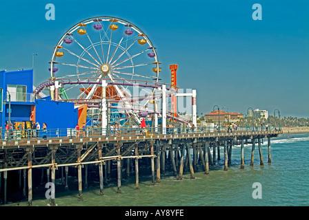 Santa Monica Pier California, CA, USA, uns sandigen Strand, blaues Wasser, Wellen, Menschen Strandhotels, Riesenrad, - Stockfoto