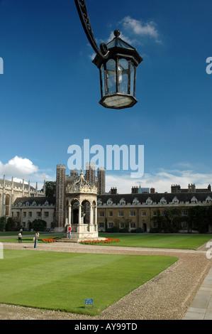 Brunnen im Innenhof mit großen Tor am Trinity College in Cambridge, UK - Stockfoto