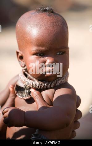 Kinder der Himba oder Ovahimba Stamm Mädchen Melken Ziege