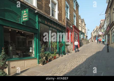 Frome eine malerische hügelige Schmalseite Straße Gehäuse eine Auswahl an kleinen Geschäften und Veranstaltungsorten - Stockfoto