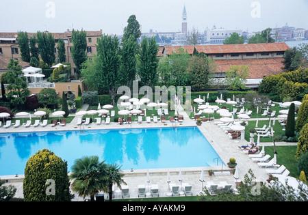 venedig italien cipriani hotel schwimmbad und kirche von san giorgio maggiore homer sykes. Black Bedroom Furniture Sets. Home Design Ideas