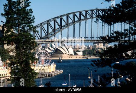 Sydney Harbour Bridge mit Opernhaus von Lavender Bay - Stockfoto