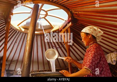 Mongoli, Wüste Gobi. Kochen Pferde Milch, den Geist, Arak, in der Wüste Gobi zu produzieren. - Stockfoto