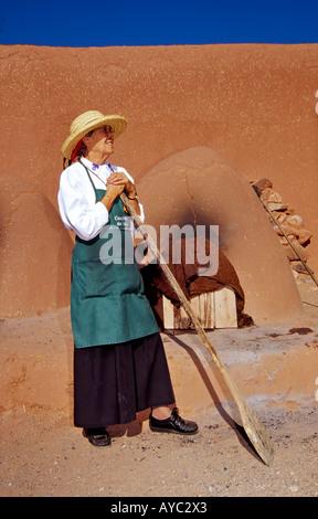 Herr 641 Della Roybal backt Brot im Steinofen Adobe im el Rancho de Las Golondrinas, eine lebendige Geschichte Museum - Stockfoto