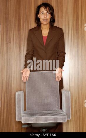 Frau mit Bürostuhl - Stockfoto
