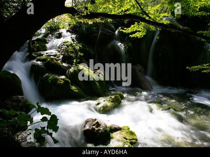 Nahaufnahme von kleinen Wasserfall im Nationalpark Plitvicer Seen - Stockfoto