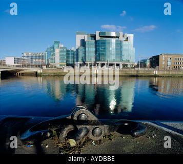 moderne Architektur konzipierte Gebäude spiegelt sich in Irlands Fluss liffey - Stockfoto