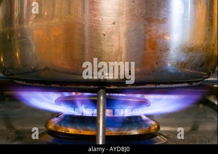 eine Pfanne auf einem Gasherd, UK - Stockfoto