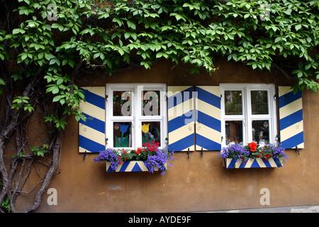 Die älteste Sozialsiedlung Fuggerei in der Welt Augsburg Bayern Haus umgeben von Reben - Stockfoto