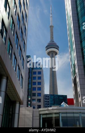 Toronto CN Tower zwischen Metro City Hall high-Rise Bürohaus - Stockfoto