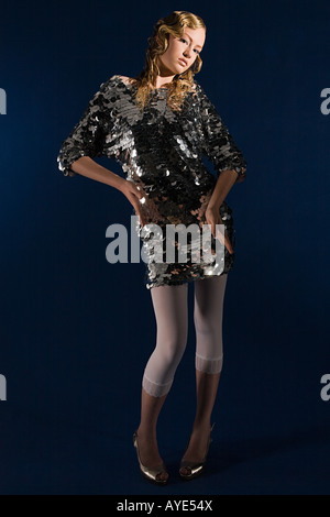 Junge Frau im Paillettenkleid - Stockfoto
