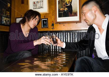 Japanische Männer in einer Bar Toasten - Stockfoto