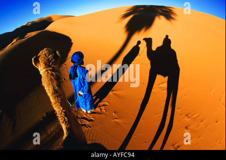 Tourismus-Schatten von einer touristischen Kamel-Trek in den Sanddünen des Erg Chebbi Bereich Sahara Wüste Marokko - Stockfoto