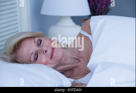 Ältere Frau im Bett schläft - Stockfoto