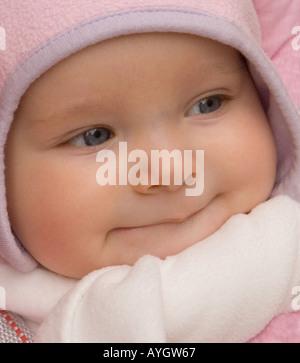 Sechs Monate alten Nicole bereit zu gehen im Winter kalt - Stockfoto