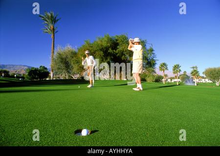 Seniorinnen und Senioren setzen auf Grün in Palm Springs Kalifornien - Stockfoto