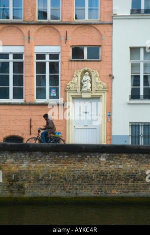 Mann, Fahrrad fahren und mit seinem Handy in Brügge Belgien Europa - Stockfoto
